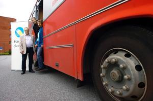 På måndag rullar Kumlas bokbuss iväg med dubbla uppdrag. Då kommer innevånarna i Kumlas utkanter att både kunna låna böcker och förtidsrösta till riksdag, kommun och landsting. Det är Ulric Öhman, valnämndens ordförande Thomas Andersson och bibliotekarie Tomas Borg glada över.