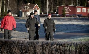 Herbert Plahn, Britt-Marie Plahn, Christer Tallroth och Beate-Sofie Tallroth tog en morgonpromenad i solen. De var, likt andra morgonflanörer, inte rädda för vargen.
