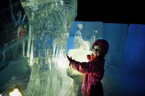 Signe Söderblom, 6 år, känner på en av många skulpturer som fanns inne i själva isborgen.
