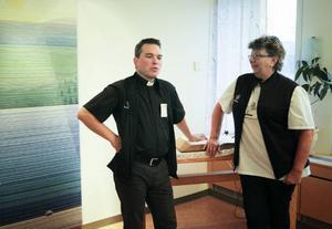 Håkan Stiberg, sjukhuspräst, och Kerstin Söderberg, sjukhusdiakon, erbjuder stöd till patienter, anhöriga och till landstingets anställda.