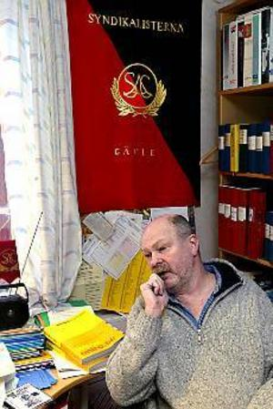 Björn Mohlin, avtalssekreterare i SAC, är både bedrövad och förbannad över brandbombsattentatet mot Joe Hill-gården som kunde ha brännt ner hela gamla Gefle.\n-IDe har mycket att tänka på de här ljusskygga individerna som bedriver sin så kallade politik om natten, säger han.\nFoto: LEIF JÄDERBERG