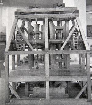 En vertikal kanonborrningsmaskin fför borrning av helgjutna kanoner. Maskin från 1781.