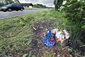 Olycksplatsen på Skultunavägen dagarna efter olyckan i juni 2015, då vänner och anhöriga till de avlidna placerat ljus och blommor vid platsen där de två männen miste livet.