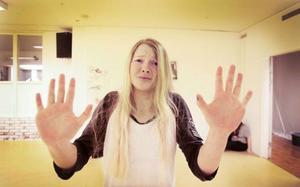Ella Hansson dansar i ett nummer som handlar om olika sätt att må dåligt på.