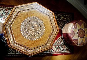 Arabiskt bord med intarsia som går att fälla ihop för att ta med i beduinernas packning.