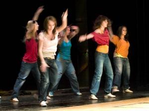 Streetdans. En grupp ungdomar från Ludvika bjöd publiken på en fartfylld streetdans under välgörenhetsgalan.