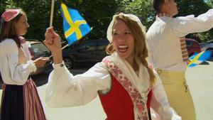 Dawn Anderson vet allt om sina koreanska rötter, men ingenting om sitt svenska ursprung. Här firar hon Sveriges nationaldag.