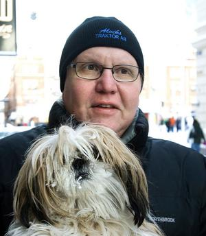 Karl-Göran Berglund, 52 år, sjukskriven, Sundsvall, med hunden MyDet blir ljust och fint. Men egentligen spelar det inte någon roll för mig om det kommer snö eller inte, eftersom jag bor mitt i stan och inte har någon bil. För My innebär det dock en del problem.