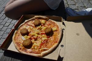 Vilket poäng pizzan med ananas och falafel ska få har inte Frida Johansson bestämt än, men en spännande kombination tyckte hon det var.
