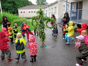 Midsommardans på förskolan Lunnagården. Stången står stadigt i julgransfoten.