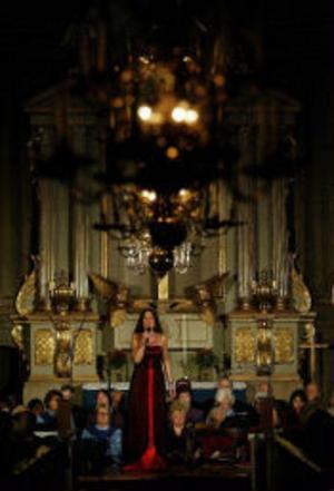 Anna-Lotta Larsson och Göran Fristorp bjöd på en mycket finstämd julkonsert i långsamhetens tecken i Selångers kyrka i går kväll. Den rätta känslan infann sig, trots att i stort sett hälften av sångerna inte hade med julen att göra.