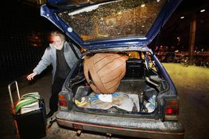 Ulf Magnusson dök åter upp med sin jättelika bas när det vankades Trettondagsjazz i Gävle. Återigen blev det bökigt att få in den i bilen. – Den väger inte mycket, men är otymplig, säger han.