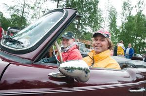Gunnar Skogh från Fagersta i sin Triumph TR6 av årsmodell 1969. Här med vännen Mikael Norman.
