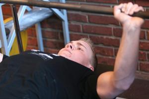 I helgen tog Josef Eriksson svensk rekord i SM i bänkpress i Jönköping. Han lyfte 136 kilo. BILD: SAMUEL BORG