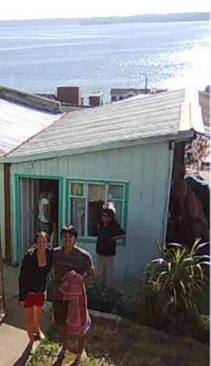 Ida Hermansson med sin man utanför huset i byn Tomé i Chile.