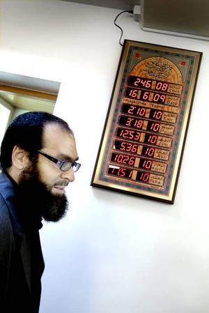 TID FÖR BÖN. En digitaltavla visar när det är dags för bön. Nizam Hindi hoppas att minareten byggs inom några år.