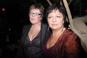 Bergs kommunalråd Lena Olsson och Lillian Olofsson poserar gärna på en vimmelbild.