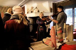 O'tôrgs Kaisa Abrahamsson och Håkan Lidén underhöll med folkmusik.