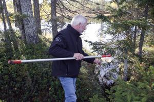 Nils-Erik Andersson från kommunens miljöenhet tog på onsdagen vattenprover i tjärnen.
