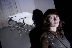 Genomtänkt. Anna Odell har hamnat i hetluften på grund av sin konstaktion på Liljeholmsbron i Stockholm 21 januari.                                 Arbetarbladets konstrecensent har sett det färdiga verket på Konstfacks vårutställning.