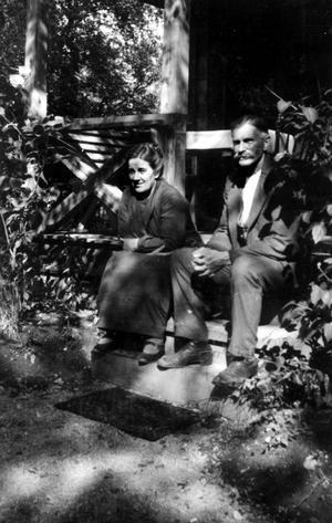 Ellen och Erik Axel Brandt på trappan till torpet Solglimten. Solglimten låg i närheten av Hällristargatan.