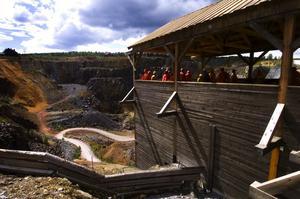 Ingången till gruvan leder till det nybyggda trapptornet. Har man svindel bör man undvika att titta ner, det är långt ner till marken. Foto:Mikael Forslund