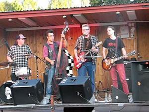Rockabilly bandet Danny and the Alleycats spelar under öppnande av nostalgimacken i Långshyttan på lördag.