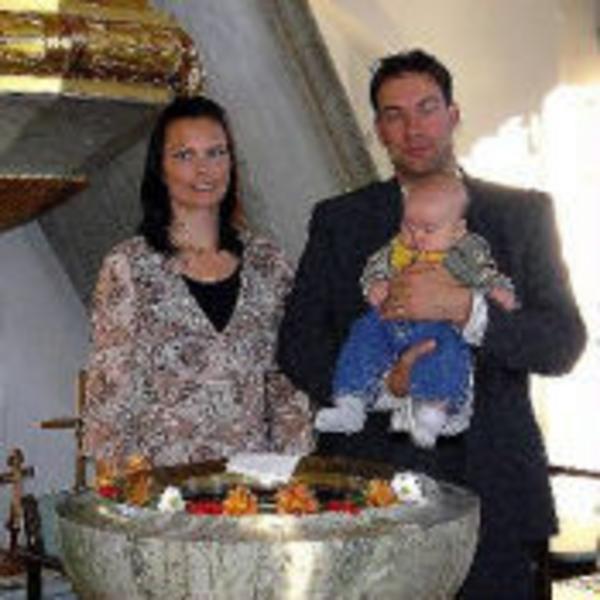 I Tuna kyrka döptes den 8 oktober Oscar Axel Marcus, son till Anette och Marcus Andersson, Målsta. Präst var Gunnar Oreland. Gudmödrarna Mona Lövmo och Linda Möllhagen närvarade tillsammans med den närmsta familjen.