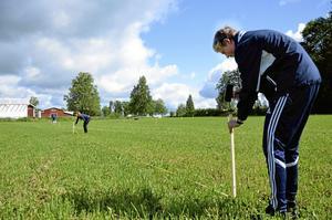 Markerar. Oskar Prenkert, närmast i bild, mäter ut campingplatser på ett av fälten som i veckan fylls av husvagnar och tält. Han har hjälp av Michaela Andersson och Lucas Öjebrandt. Foto: Jan Wijk