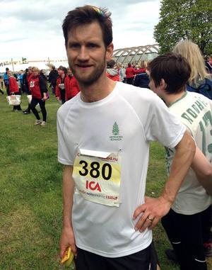 Peter Sennblad hoppas att tolv timmars slit i Ironman ska resultera i en välbehövlig gåva till SOS Barnbyar.