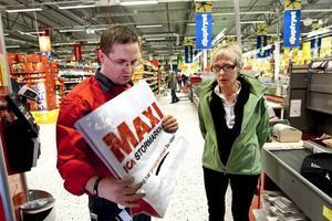 """INTE ÖVERENS. Magnus Winges, butikschef för Maxi Ica i Hemlingby, och Lena Öman, avfallspedagog på Gästrike Återvinnare, var inte överens om huruvida Icas så kallade miljökasse är komposterbar eller inte. """"Det beror ju på vad man menar med komposterbar, den vanliga är ju också nedbrytbar, men det kanske tar 200 år"""", säger Lena Öman. Här håller Magnus Winges i Icas flergångskasse, som är ett annat alternativ för kunderna."""