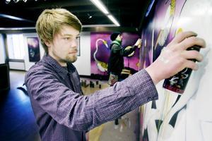 Jonathan Josefsson och Samuel Åhlman målar graffiti på Kvarnen.