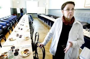 """Slow Food Gästrikland. I går höll föreningen en första informationsträff och intresset var stort - runt 70 personer deltog. Ann Katrine Dunker, som driver en matbutik med lokala livsmedel höll i ostprovningen och hon tror att frågorna ligger helt rätt i tiden. """"Det finns en längtan till att komma tillbaka till det lokala"""", tror hon."""