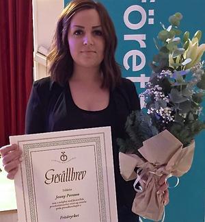 Jenny Persson, frisör på Salong Saxxon i Sveg, fick sitt gesällbrev.