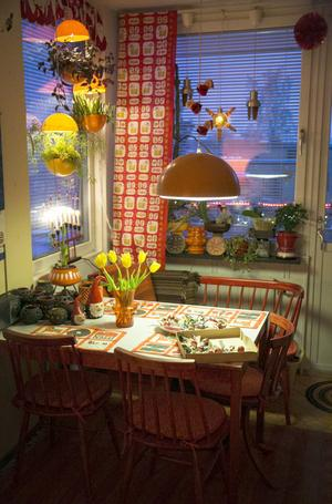Köket har 1970-talsstuk, och nästan allt går i orange, inklusive adventsstjärnan i bubbligt glas, förstås.