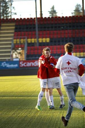 Lagkaptenen Johan Pihlström efter slutsignalen. IFK-trotjänaren såg till att bli målskytt i säsongsavslutningen när laget säkrade uppflyttning.