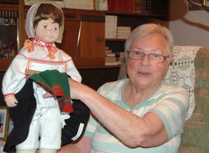 Margareta har gjort dockor med Orsadräkt från grunden, vävt, knypplat och sytt.