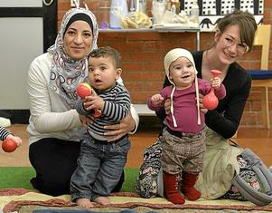 Hanan Alshalabi (t v), med sonen Omar, kom till Sverige från Jordanien för snart 1,5 år sedan. Cecilia Fellenius (t h), började gå till