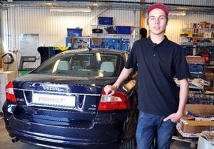 Gustav Eliasson har gått fordonsprogrammet inriktning personbil på Åre gymnasieskola, där de bland annat haft denna splitter nya Volvo att meka med.Foto: Elisabet Rydell-Janson