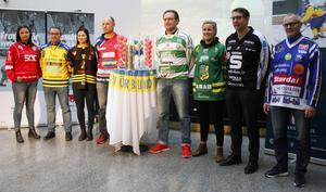 Alla tränare i elitserien samlade på upptaktsträffen (AIK representerades av kaptenen Frida Erlandsson).