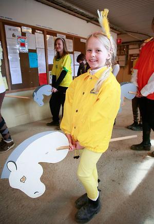 Lea Eriksson i spänd förväntan innan det var dags att göra entré i käpphästkadriljen.