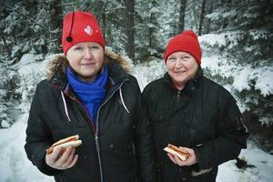 – Det klart man ska titta på rallyt när det nästan går förbi ens husknut, sa Eva Gustafsson och Gudrun Häggkvist, Boda.