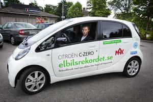Roger Persson provkörde elbilen tillbaka till kommunfullmäktigesammanträdet.