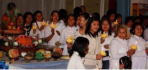 Många hade samlats för att be och ge mat till munkarna som kom besök från Göteborg. Under ceremonin firade deltagarna också den Thailändske kungens födelsedag genom att tända ljus.