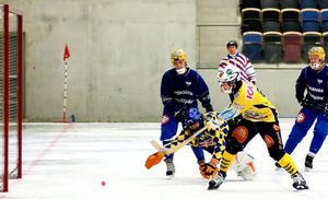 Daniel Jonsson rullar in ett av sina två mål i Brobergs klara seger mot finska Uleåborg.