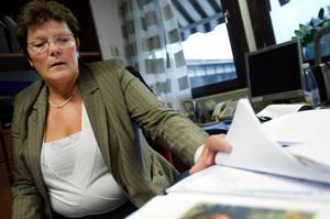 """""""Vi måste dels anpassa antalet ledamöter utifrån invånarantalet, dels tänka på ekonomin. Det blir billigare med färre ledamöter"""", säger Bergs kommunalråd Lena Olsson. Foto: Ulrika Andersson"""