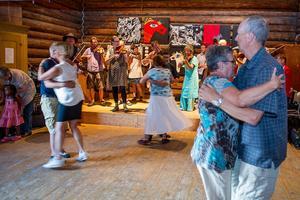 Malungs spelmanslag spelar till dans i logen.