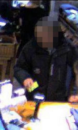 En av männen fångades på bild av en övervakningskamera när han försökte köpa en jacka för 17 000 med ett falskt betalkort.