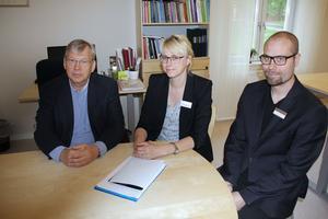 Kungsgårdsskolans skolledning försäkrar att förändringarna i hur klasserna ska organiseras görs för elevernas skull. Från vänster i bild syns Ulf Månsson, chef för barn- och utbildningsförvaltningen, Annika Bergman, Kungsgårdsskolans rektor och Henrik Lindström, studierektor.