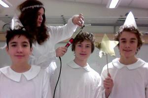 Flickorna i Luciatåget  i åk 9 på Irstaskolan lockade håret och då ville killarna också få lockar. Grabbarna på bilden heter Channel, Christoffer och Andreas. Hon som lockar håret på dem heter Alice.